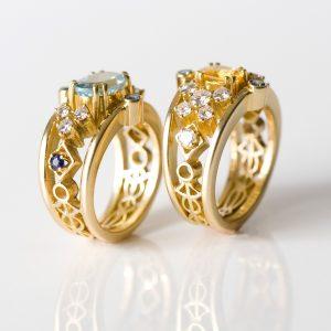 Bandringen zijn ringen die zich kenmerken door het gebruik van opengewerkte decoratieve elementen rondom in de band. Ze zijn bezet met briljanten en kleurstenen. In overleg met de klant worden deze ringen  op maat gemaakt. Er bestaan zelfs verschillende mogelijkheden voor de ornamenten in de band. De linker-ring is bezet met aquamarijn, blauwe saffier en briljanten en de rechter-ring met gele saffier en briljanten.